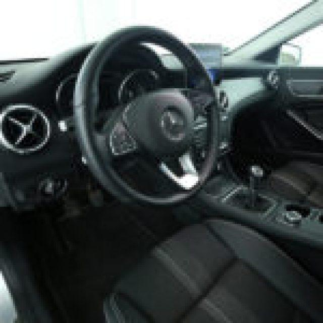 MERCEDES-BENZ GLA 180 Sport:Navigatore:FARI HIGH PERFOMANCE LED Immagine 4