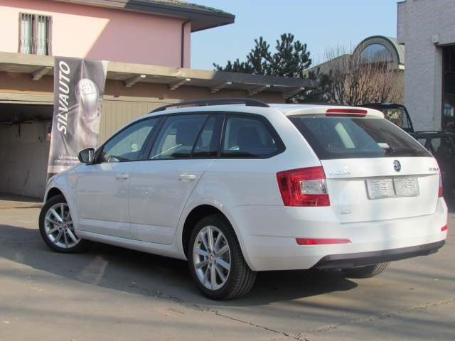 SKODA Octavia Wagon 1.6 TDI DSG Executive 110 CV MY '17 Immagine 3