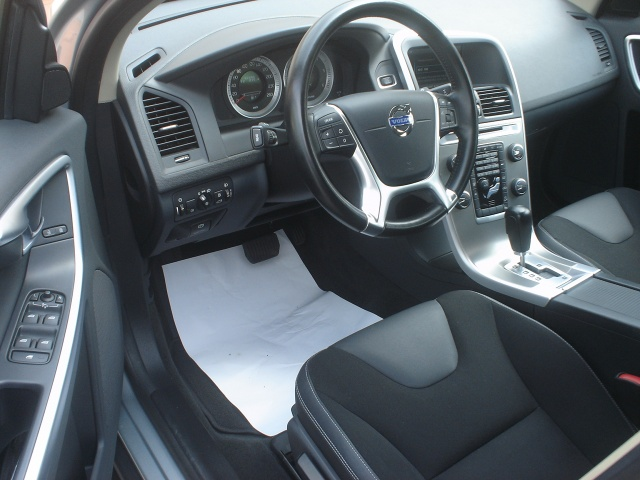 VOLVO XC60 D3 AWD Geartronic Momentum Immagine 2