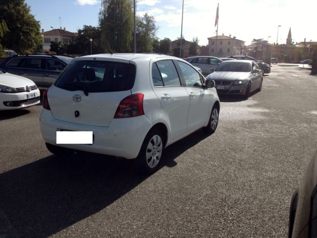 TOYOTA Yaris 1.4 D4D DPF 5 PORTE SOL CLIMA + ABS Immagine 4